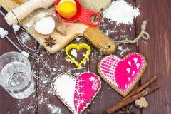 Fabricación de los corazones del pan de jengibre para el día del ` s de la tarjeta del día de San Valentín imágenes de archivo libres de regalías