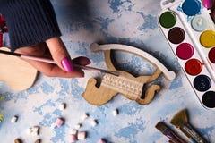 Fabricación de los juguetes para las decoraciones de la Navidad Imagenes de archivo