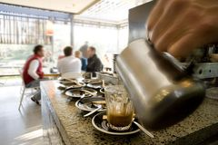 Fabricación de los latte y del café Fotos de archivo libres de regalías