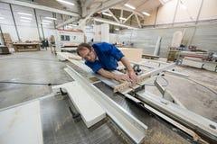 Fabricación de los muebles Proceso de las hojas del conglomerado Foto de archivo libre de regalías