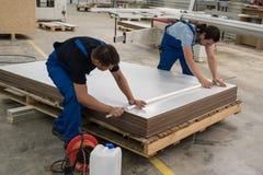Fabricación de los muebles Proceso de las hojas del conglomerado Imágenes de archivo libres de regalías