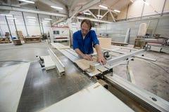 Fabricación de los muebles Proceso de las hojas del conglomerado Fotos de archivo libres de regalías