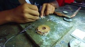 Fabricación de los objetos de plata en Java Indonesia metrajes