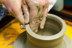 Fabricación de los potes de arcilla Foto de archivo