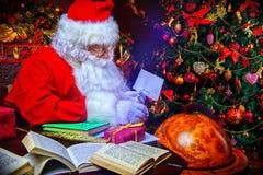 Fabricación de los regalos de Navidad fotos de archivo libres de regalías