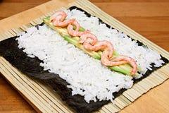 Fabricación de los rodillos de sushi. Imágenes de archivo libres de regalías