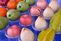 Fabricación de los zumos de fruta Imagenes de archivo