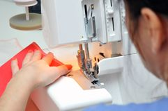 Fabricación de materias textiles en casa foto de archivo libre de regalías