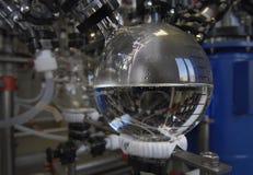 Fabricación de medicinas en una fábrica de la droga líquido claro transparente en un frasco Foto de archivo libre de regalías