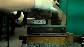Fabricación de moldes para los zapatos de cuero - primer almacen de metraje de vídeo