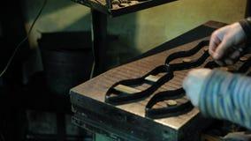 Fabricación de moldes para los zapatos de cuero - primer almacen de video