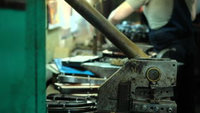 Fabricación de moldes para los zapatos de cuero - primer metrajes