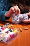 Fabricación de ovejas hechas punto Imágenes de archivo libres de regalías