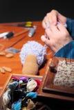 Fabricación de ovejas hechas punto Fotos de archivo