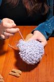 Fabricación de ovejas hechas punto Fotos de archivo libres de regalías