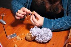 Fabricación de ovejas hechas punto Fotografía de archivo