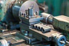 Fabricación de partes en un torno metalúrgico Foto de archivo