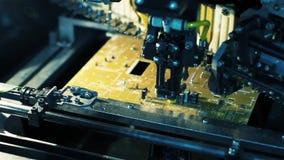 Fabricación de placas de circuito electrónicas Brazo robótico Enfoque adentro Primer metrajes