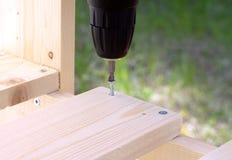 Fabricación de plataformas de madera con la herramienta eléctrica Foto de archivo