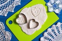 Fabricación de recuerdos de la pasta salada para el día del ` s de la tarjeta del día de San Valentín Paso 13 Imágenes de archivo libres de regalías