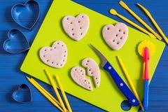 Fabricación de recuerdos de la pasta salada para el día del ` s de la tarjeta del día de San Valentín Paso 10 Imagen de archivo libre de regalías