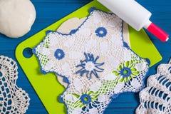 Fabricación de recuerdos de la pasta salada para el día del ` s de la tarjeta del día de San Valentín Paso 12 Fotos de archivo libres de regalías