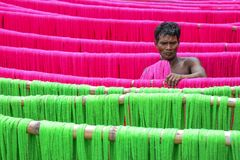 Fabricación de saris fotos de archivo