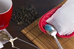 Fabricación de té en cocina Imagen de archivo libre de regalías