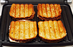 Fabricación de tostadas Imagenes de archivo