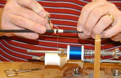 Fabricación de un abrigo de encargo en la caña de pescar Fotos de archivo libres de regalías