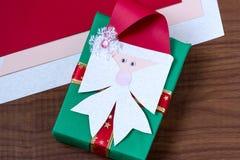 Fabricación de un arco bajo la forma de Santa Claus para la Navidad de la decoración Imagen de archivo libre de regalías