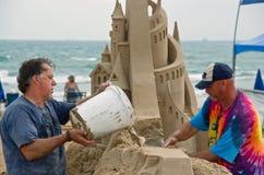 Fabricación de un castillo de arena Fotografía de archivo libre de regalías