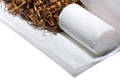Fabricación de un cigarrillo fotos de archivo