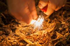 Fabricación de un fuego con pedernal y acero foto de archivo libre de regalías