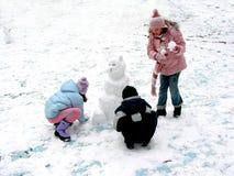 Fabricación de un muñeco de nieve Fotografía de archivo