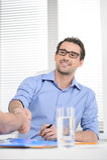 Fabricación de un trato. Hombre de negocios alegre joven que sacude su negocio p imágenes de archivo libres de regalías