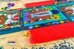 Fabricación de una alfombra de Domingo de Ramos, Antigua, Guatemala Imagenes de archivo