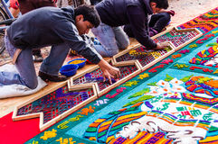 Fabricación de una alfombra de la semana santa, Antigua, Guatemala Fotografía de archivo