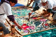 Fabricación de una alfombra de la semana santa, Antigua, Guatemala Fotos de archivo libres de regalías