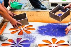 Fabricación de una alfombra procesional de la semana santa Imágenes de archivo libres de regalías