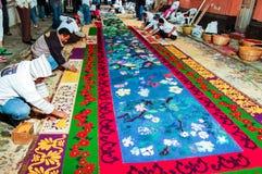 Fabricación de una alfombra procesional de la semana santa, Antigua, Guatemala Foto de archivo