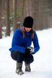 Fabricación de una bola de nieve Imágenes de archivo libres de regalías