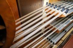Fabricación de una cáscara natural para la salchicha Cáscara del colágeno para las salchichas Industria de las cubiertas del colá imagen de archivo
