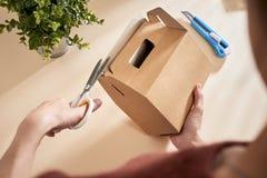 Fabricación de una caja de regalo Concepto de DIY Instrucción gradual de la foto foto de archivo