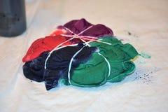 Fabricación de una camisa del teñido anudado foto de archivo libre de regalías