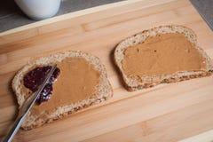 Fabricación de una mantequilla y de Jelly Sandwich de cacahuete Fotos de archivo libres de regalías