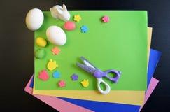 Fabricación de una tarjeta de pascua hecha a mano scrapbooking foto de archivo libre de regalías