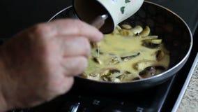 Fabricación de una tortilla en un sartén almacen de metraje de vídeo