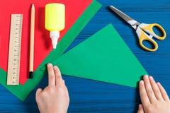 Fabricación del árbol de navidad tridimensional del papel Paso 2 Imagen de archivo libre de regalías