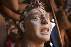 Fabricación del ídolo de Mahisasur para el festival de Durga Puja en la India imagen de archivo